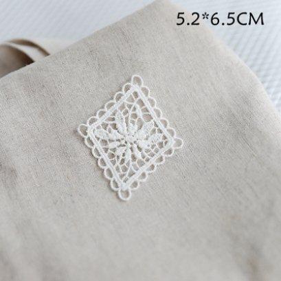 ป้ายผ้าลูกไม้ ใช้สำหรับเย็บตกแต่ง ขนาด 5.2 x 6.5 cm. ราคาอันละ