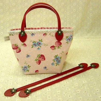 สายกระเป๋าหนังเทียมรูปสตอเบอรี่สีแดง ความยาวตลอดเส้น 30 cm. **แถมแพทเทิร์นกระเป๋าถือใบเล็ก**