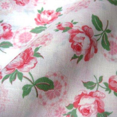ผ้า cotton ญี่ปุ่น ลายดอกกุหลาบลูกไม้พื้นขาว (ขนาด 1/8 เมตร 25*55 ซม.) ขนาดดอกประมาณ 7 cm.