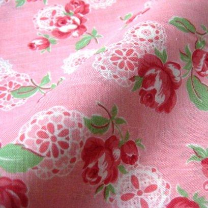 ผ้า cotton ญี่ปุ่น ลายดอกกุหลาบลูกไม้พื้นชมพู (ขนาด 1/8 เมตร 25*55 ซม.) ขนาดดอกประมาณ 7 cm.