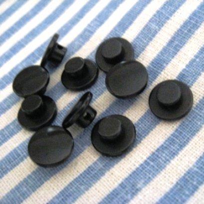 กระดุมพลาสติกสีดำ สามารถทำเป็นตาตุ๊กตาได้  ขนาด 1 cm. 8 ตัว/set