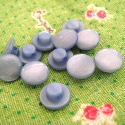 กระดุมพลาสติกสีฟ้า สามารถทำเป็นตาตุ๊กตาได้  ขนาด 1 cm. 8 ตัว/set