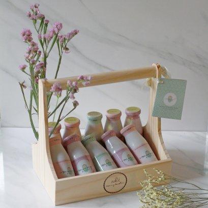 กระเช้าของขวัญเยี่ยมคลอด L น้ำหัวปลีออร์แกนิค เพิ่มน้ำนม 10 ขวด พร้อมการ์ดและดอกไม้