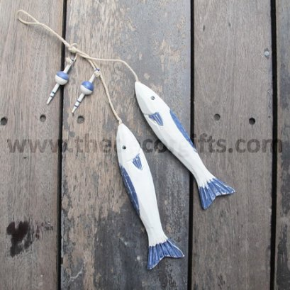 โมบายปลาไม้แกะสลักบนพื้นไม้