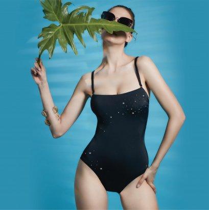 ชุดว่ายน้ำสีดำวันพีซสายไขว้เปิดหลัง-ประดับคริสตัล  รหัส SWIM03