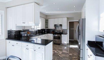 ของเล็กของน้อย จัดวางอย่างเป็นระเบียบด้วยรางแขวนและชั้นวางในห้องครัว