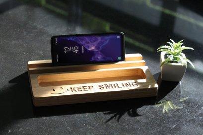 แท่นไม้โอ๊ควางแท็บเล็ตคู่ช่องใส่ของ Size L ลาย KEEP SMILING