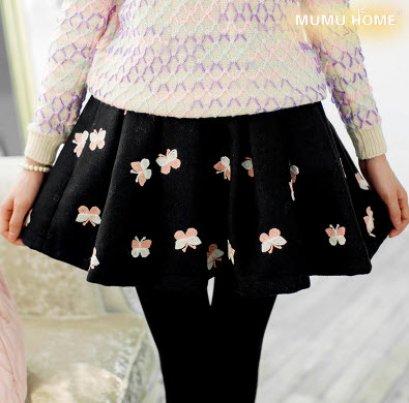 [[พร้อมส่ง]] กระโปรงยี่ห้อ mumuhome ผ้าขนสัตว์สีดำประดับด้วยผีเสื้อสีชมพู เหมาะสำหรับใส่หน้าหนาว