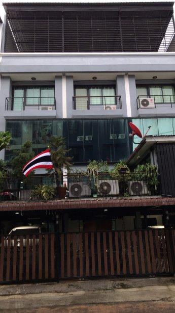 ขายอาคารพาณิชย์ 3 ชั้นครึ่ง 3 คูหา ใน พุทธมณฑล สาย 5 66 ตร.วา ใกล้ถนนใหญ่เพียง 50 เมตร เหมาะค้าขายพร้อมอยู่อาศัย ด่วน!!