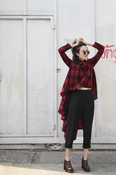 สตรีทแฟชั่น เสื้อเชิ้ต ลายสก็อต สีแดง-ดำ หน้าสั้น หลังแต่งระบายยาว